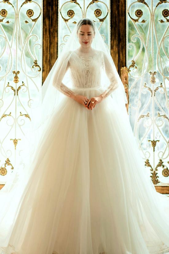 [Caption] Bên cạnh bộ váy cưới sexy, Phương Lê lập tức biến hóa 360 độ với bộ váy công chúa ngọt ngào. Đôi môi mộng quyến rũ, tóc uốn nhẹ nhàng tựa nữ thần. Chiếc váy cưới xòe bồng vẫn luôn là sự lựa chọn được rất nhiều cô dâu ưu ái. Vẻ xinh đẹp, nữ tính như nàng tiểu thư trong bộ váy của Phương Lê bỗng được tôn lên, trở nên lộng lẫy, kiều diễm và duyên dáng như một nàng công chúa cổ tích vậy. Váy cưới xoè công chúa còn được đính hạt hay hoa nổi. Những đường ren chìm hay họa tiết rất cầu kỳ lấp lánh mà không kém phần tinh tế, khiến chiếc váy mang vẻ đẹp mơ màng. Không ai biết cô đã gái ba con khi đẹp ngọt ngào thế này.  Chiếc váy còn là là sự sang trọng tột bậc của một nữ doanh nhân đích thực. Với mái tóc bới cổ điển, váy xuyên thấu nhẹ nhàng, Phương Lê khiến nhiều người ngưỡng mộ bởi khả năng biến hóa cực cao tay của mình.