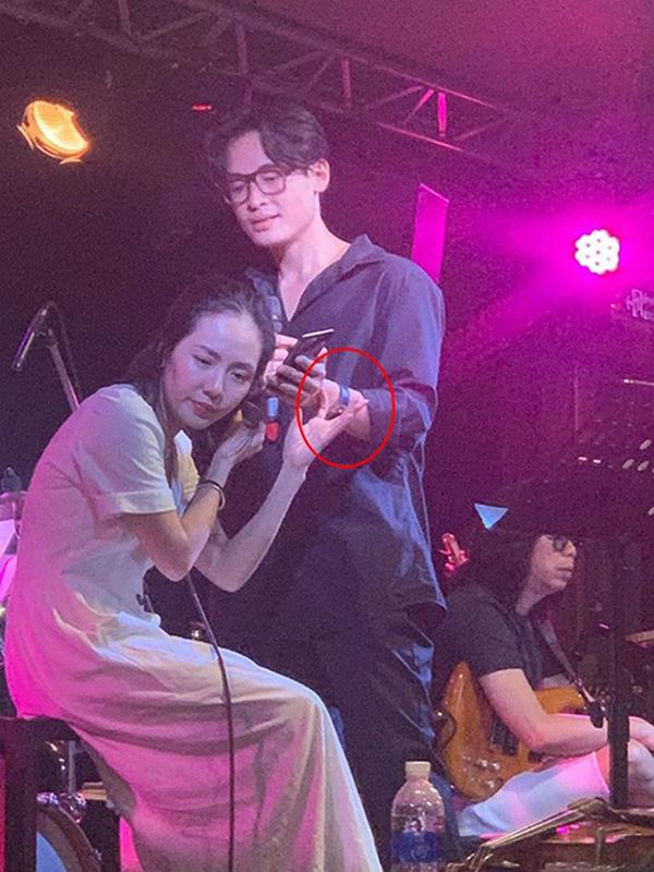 Bạn trai Phương Linh và Hà Anh Tuấn cùng đeo kính và có chiếc đồng hồ trên tay giống hệt nhau.