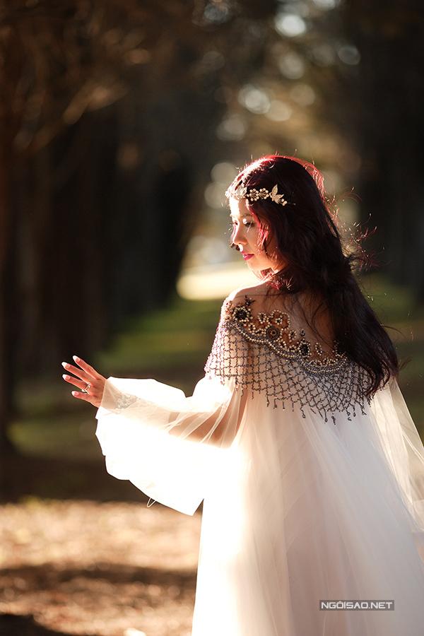 Diễm Quyên đã lên xe hoa năm 2014. Đây là một trong những bức ảnh cưới của nữ ca sĩ.