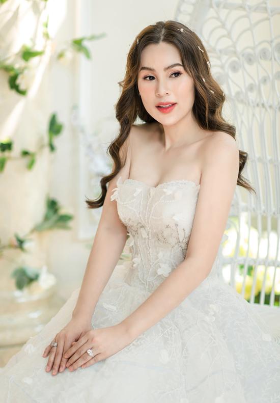 Váy cưới thêu họa tiết nổi được nhiều người ưa chuộng.