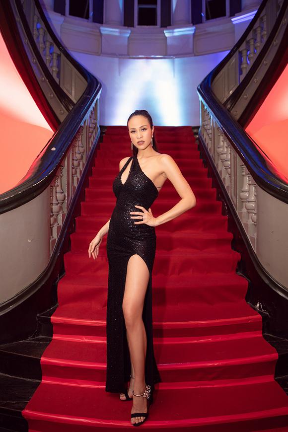 Phương Mai khoe dáng với váy bó sát sau 10 ngày sinh con.