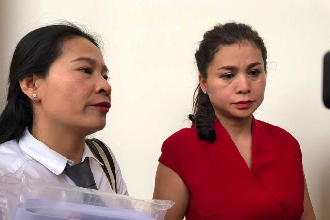 Bà Thảo trao đổi cùng với luật sư sau khi phiên tranh luận buổi chiều kết thúc.