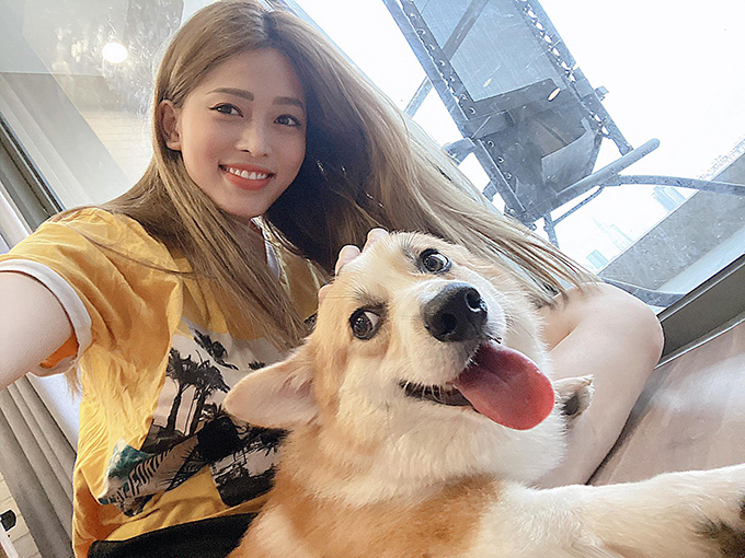 Á hậu Bùi Phương Nga pose hình cùng chó cưng.