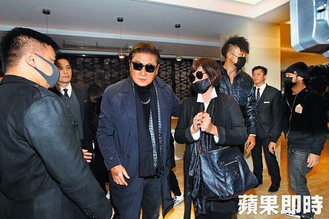 Darren (thứ ba từ phải sang) hiện ở Đài Loan cùng cha mẹ Cao Dĩ Tường lo liệu tang lễ cho người quá cố.