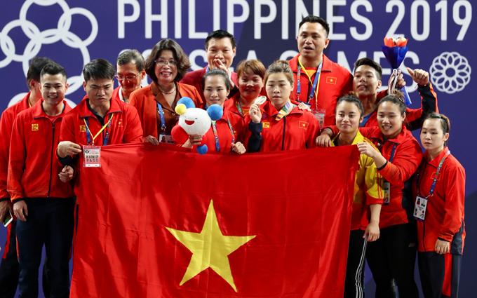 Đô cử Việt Nam khóc không ngừng khi hát quốc ca - 6