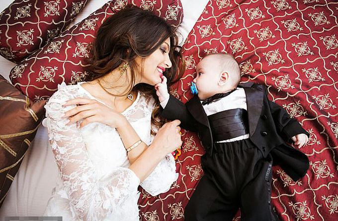 Hoa khôi Moskva luôn khẳng định con trai 6 tháng tuổi giống hệt chồng cũ. Ảnh: East2west News.