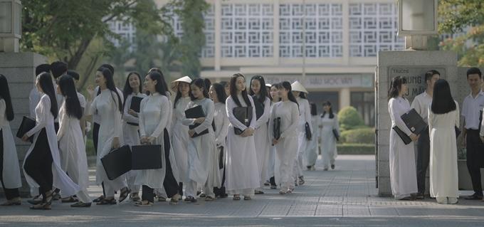 Phim dùng đến hơn 100 bộ áo dài nữ sinh.