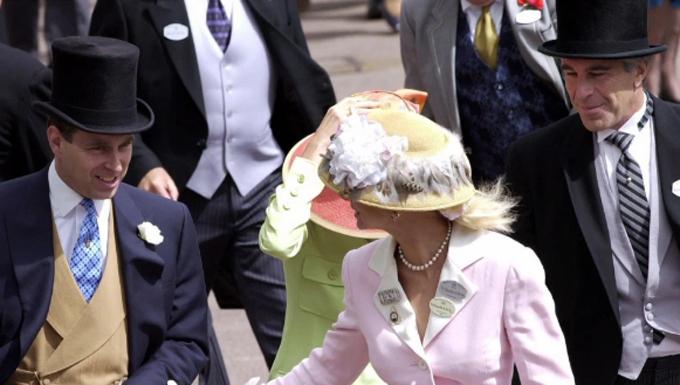 Hoàng tử Andrew (bìa trái), Ghislaine (váy xanh lá cây), Jeffrey Epstein ở Ascot năm 2000. Ảnh: Tim Graham.