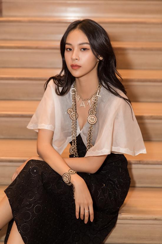 Phụ kiện vòng cổ, vòng tay trang trí logo của Chanelđược Phí Phương Anh sử dụng để giúp mình tăng sức hút khi diện đồ đơn sắc trắng - đen.