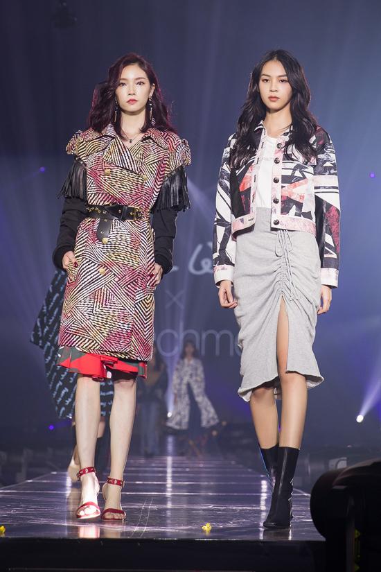 Phí Phương Anh (phải) được chọn catwalk cho nhà thiết kế người Nhật tại lễ trao giải về thời trang mang tầm cỡ châu lục.