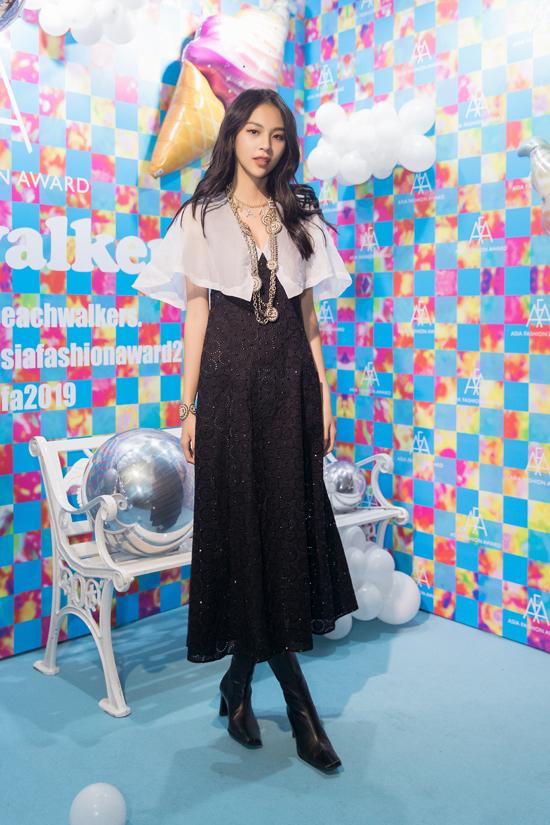 Phí Phương Anh cảm thấy vinh dự khi xuất hiện tại sự kiện thu hút hàngloạt gương mặt giải trí nổi tiếng như HyunA, G.E.M, ØZI, Akemi Darenogare, Saya Kagawa, Cindy...