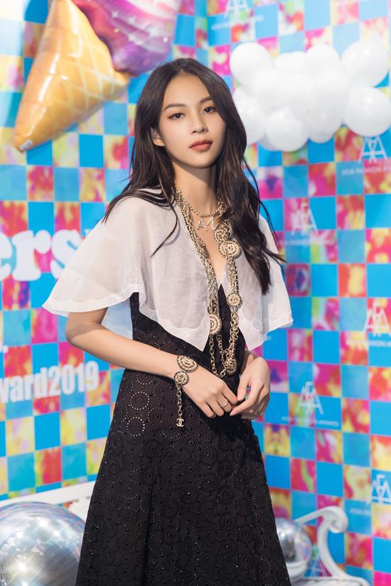 Trước show diễn, xuất hiện ở thảm đỏ Phí Phương Anh xuất hiện với full look Chanel với tổng giá trị 500 triệu đồng.