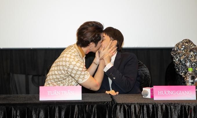 Tại họp báo, cặp đôi táo bạo thực hiện lại cảnh hôn trong phim.