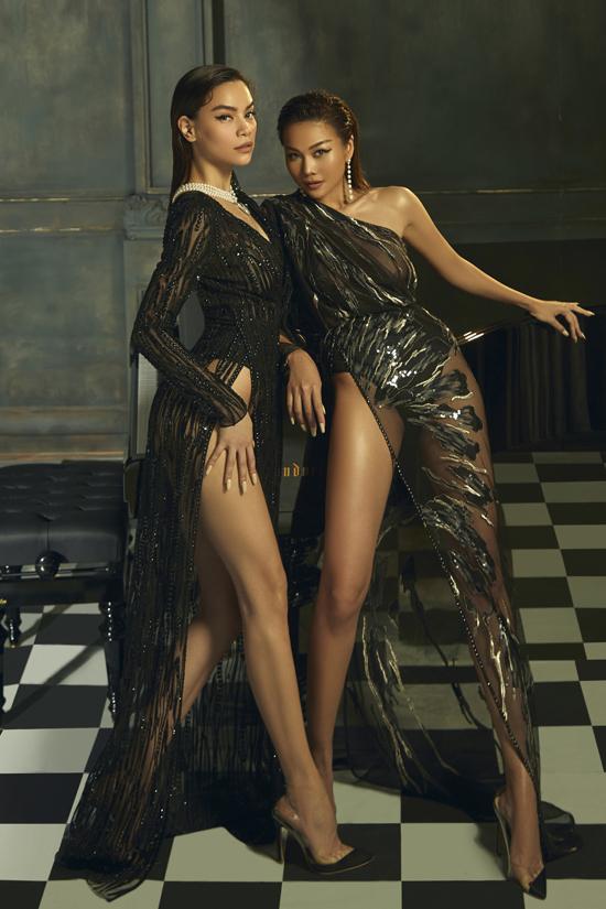 Nữ hoàng giải trí và nữ hoàng vedette cùng khoe dáng trong mẫu váy xẻ cao thiết kế trên chất liệu vải xuyên thấu, đính kết cầu kỳ.