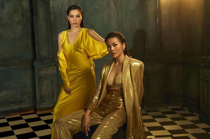 Suit menswear oversize ánh kim cho Thanh Hằng cùng chiếc đầm màu vàng satin cho Hồ Ngọc Hà. Sự đối lập trong phom dáng nhưng đồng nhất trong palette màu của trang phục khiến bức ảnh nổi bật lên sự đa diện của người phụ nữ hiện đại.