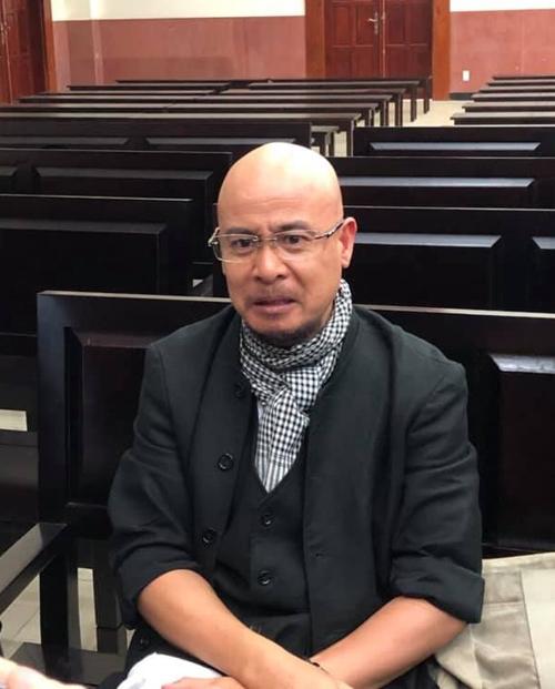 Ông Vũ nán lại ở tòa sau phiên xử sáng 3/12Ảnh: Hữu Khoa.