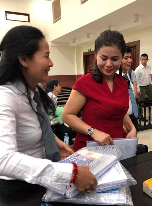 Bà Thảo trao đổi với luật sư sau phiên xử sáng 3/12.