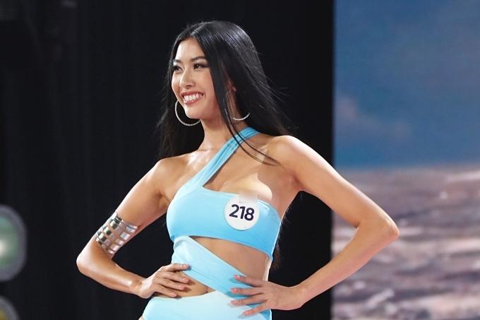 Phạm Hồng Thuý Vân gặp sự cố nhưng ghi điểm ở sự bình tĩnh, tự tin. Cô cao 1,72m, hình thễ 85-61-94.
