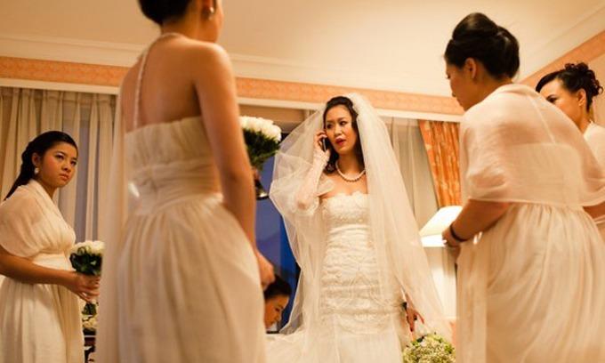 Dương Thùy Linh không giữ được bình tĩnh khi nhìn thấy khách mời trèo rào ở đám cưới ngoài trời.