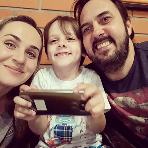 Ban đầu, vợ chồng chị Juli cho con trai xem các video trên YouTube như một cách để cải thiện khả năng ngôn ngữ.