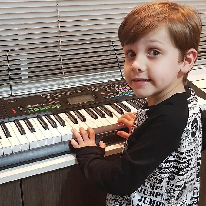 Rafael đang tập sáng tác các ca khúc.