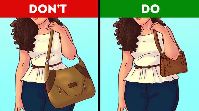 Hẳn bạn không muốn trông nặng nề hơn từ thắt lưng trở xuống, bởi vậy hãy tập trung vào phần vai và ngực. Giải pháp là chú ý đến chiều dài dây đeo sao cho túi không nằm dưới vùng eo của bạn.