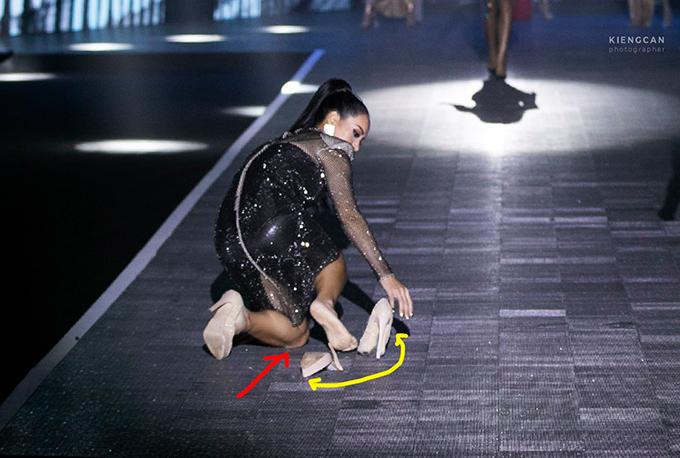 huý Hạnh đang walk và đến lượt quay về thì bất ngờ chiếc giày phản chủ tróc keo thân