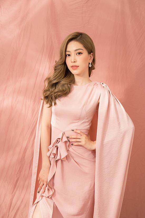Nhà thiết kế chọn các chất liệu lụa hồng pastel, lụa trắng với ngụ ý phác họa nétdịu dàng, trong trẻo của mùa xuân trên váy áo đi tiệc.