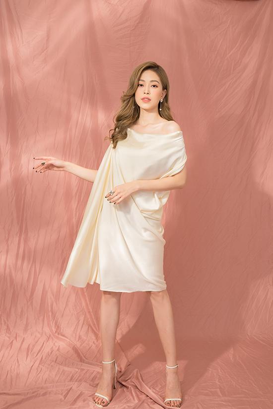 Váy bất đối xứng, đầm dáng suông, trang phục xoắn eo giúp Phương Nga tôn dáng mảnh mai.
