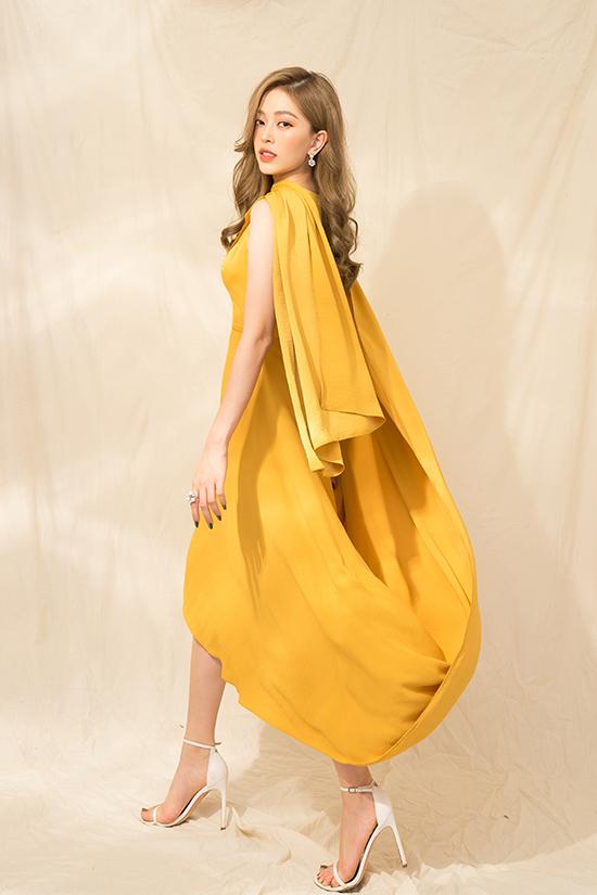 Váy dáng suông lấy cảm hứng từ mẫu áo cà sa mang tới sự độc đáo cho dòng váy lụa của phái đẹp.