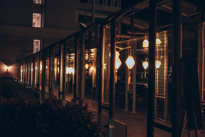 Lối đi chính kết nối giữa các toà nhà của resortđược trang trí hơn 200 lồng đèn Hội An gamvàng, làm điểm nhấn trang trí, có vai tròdẫn đường cho khách mời.