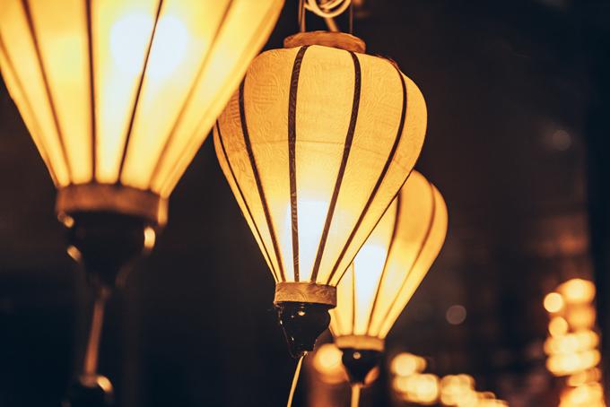 Lối đi chính kết nối giữa các toà nhà của resort được trang trí hơn 200 lồng đèn Hội An gam vàng, làm điểm nhấn trang trí, có vai trò dẫn đường cho khách mời.