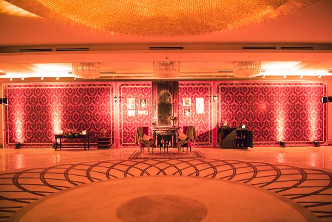 Không gian sảnh đón kháchcủa toà nhàđược trang trí giống phòng kháchcủa một gia đình thượng lưu thời kỳ Belle Epoque (phong cách Châu Âu cổ điển từ khoảng cuối thế kỷ 19 đến đầu thế kỷ 20 - khoảng năm1914).