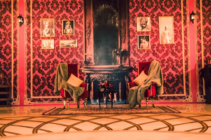 Nội thấtlàm nổi bật vẻ sang trọng trong ngôi nhà như cặp ghế bành cổ điển, thảm trải sàn hoạ tiết cầu kỳ, bàn gỗ cổ, chân đèn, tủ trưng bày rượu, hoa văn của bức tường...