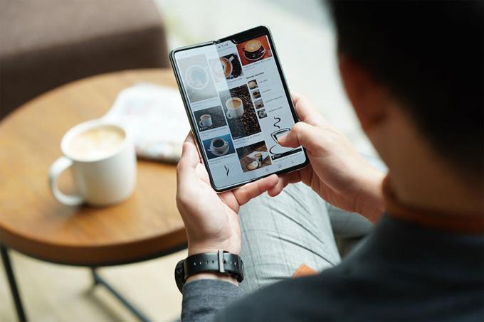 Hướng đến đối tượng khách hàng thành đạt, bên cạnh những giá trị về mặt thiết kế và công nghệ, Samsung còn triển khai chính sách chăm sóc đặc quyền 24/7, ưu đãi sử dụng phòng chờ hạng thương gia. Đi kèm smartphone là bộ ốp lưng được chế tác từ vật liệu Kevlar bền, nhẹ, đã được sử dụng trong các tàu vũ trụ con thoi.