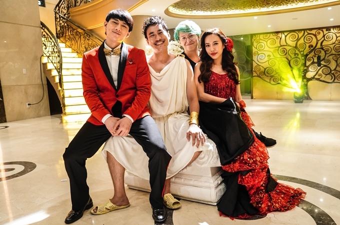 Từ trái qua: Isaac, Kiều Minh Tuấn, đạo diễn Vũ Ngọc Phượng, Diệu Nhi trên trường quay.