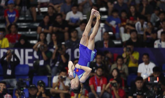 [Caption]Lê Thanh Tùng đạt điểm trung bình 14,617 sau hai lượt nhảy, về thứ ba và nhận HC đồng. HC vàng thuộc về Agus Prayoko của Indonesia với 14,734 điểm, còn HC bạc dành cho Carlos Edriel của Philippines với 14.700 điểm.