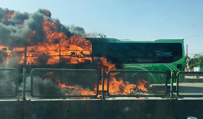 Chiếc xe bốc cháy nghi ngút.
