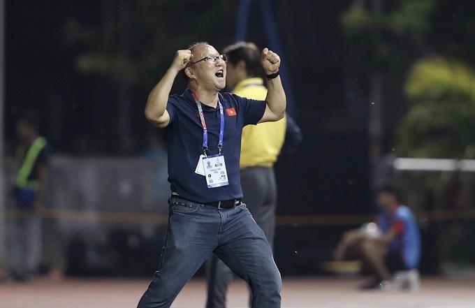 HLV Park Hang-seo phấn khích khi tiếng còi tan trận đấu với U22 Thái Lan vang lên, còn phía sau, Nishino lặng lẽ bước về khu kỹ thuật của Thái Lan. Hai hình ảnh đối lập về trận đấu cuối cùng của vòng bảng môn bóng đá nam.