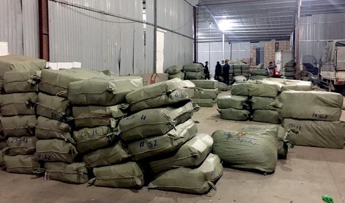 Kho hàng chứa dược liệu nhập lậu ở Từ Sơn, Bắc Ninh bị cảnh sát khám xét, Ảnh. Công an cung cấp