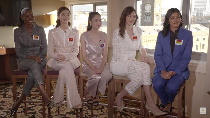 Lương Thùy Linh (thứ hai từ trái sang) cùng nhóm 18 trò chuyện với đương kim hoa hậu Thế giới.