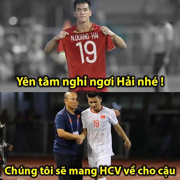 Sau trận đấu, Tiến Linh cầm áo của Quang Hải -người đội trưởng vắng mặt trong trận đấu do chấn thương -khiến nhiều người cảm động.