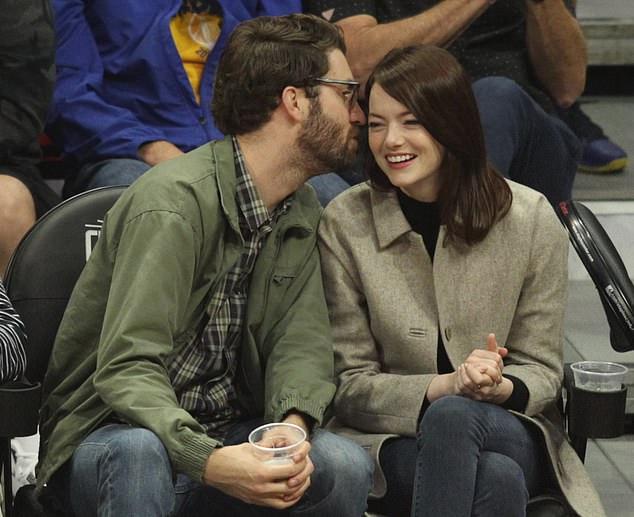 Emma hạnh phúc bên Dave khi đi xem bóng.
