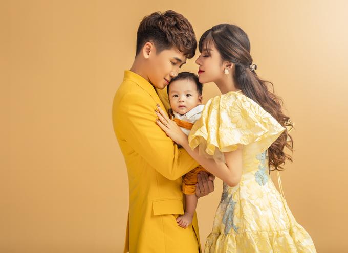 Đây là lần đầu Huy Cung chụp ảnh gia đình cùng vợ và con trai cưng.