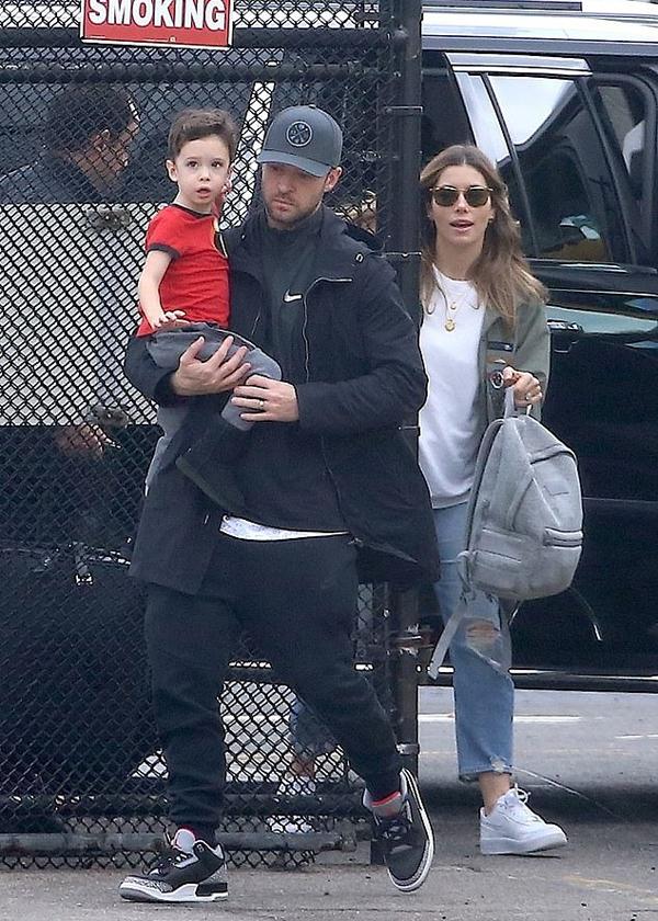 Justin bên vợ và con trai.