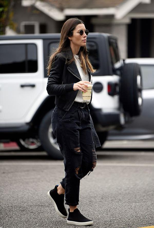 Jessica Biel trên phố hôm thứ hai.