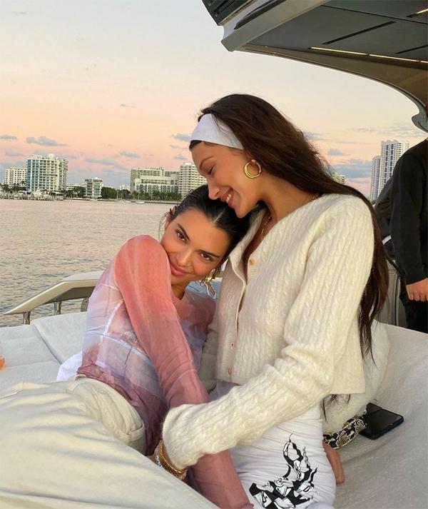 Kendall cũng khoe ảnh tình cảm bên Bella Hadid với dòng chia sẻ: Tình bạn.