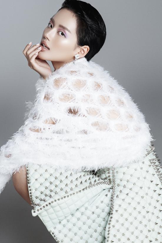Trong bộ ảnh mới thực hiện cùng nhiếp ảnh Milor Trần, Khánh Linh thể hiện tài mix-match bắt mắt với các trang phục thời thượng.