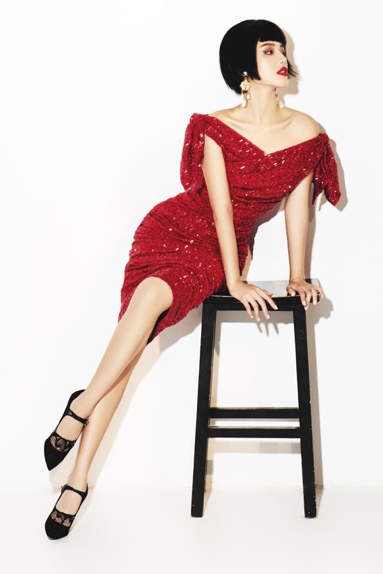 Ngoài các mẫu váy áo thu đông trên tông màu trắng - đen, Khánh Linh còn chọn thêm váy đỏ ánh kim hù hợp với không khí lễ hội vào mùa giáng sinh và Tết Tây.