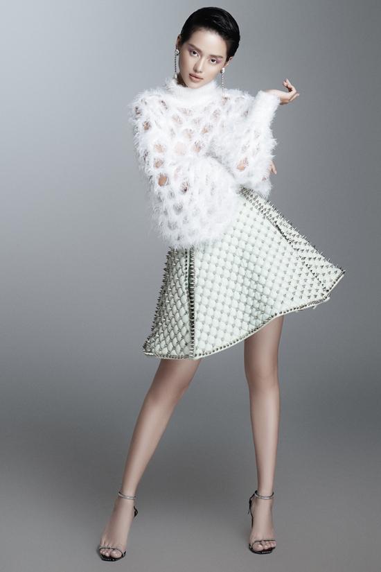 Áo lông vũ mềm mại đúng trend 2019/2020 được Khánh Linh kết hợp cùng chân váy ngắn chữ A. Bên cạnh phần xếp layer độc đáo, chân váy còn được nạm đinh tán.